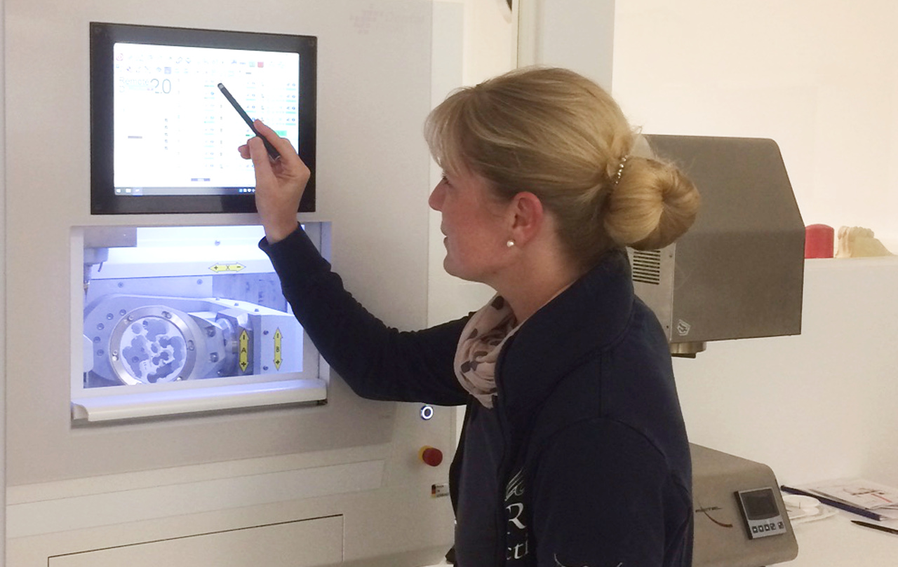 Flexibel und direkt: Neue Fräsmaschine für Top Zahnersatz aus dem eigenem Praxislabor